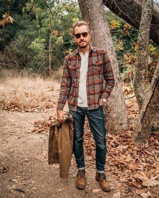 How to Wear a Henley Shirt For Men: If you're looking for a casual and at the same time seriously stylish look, reach for a henley shirt and navy jeans. Finishing off with brown suede casual boots is an easy way to infuse an extra touch of sophistication into this look.