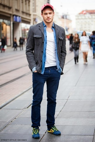 Consider teaming a Brunello Cucinelli men's Chambray Button Down Shirt with navy chinos for a Sunday lunch with friends. Blue suede low top sneakers will add some edge to an otherwise classic look. If it's one of those bleak fall days, what better to cheer it up than a on-trend outfit like this one?