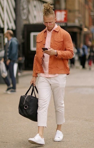 How to Wear a Pink Short Sleeve Shirt For Men: This combination of a pink short sleeve shirt and white chinos is very easy to assemble and so comfortable to wear as well! Now all you need is a pair of white leather low top sneakers.