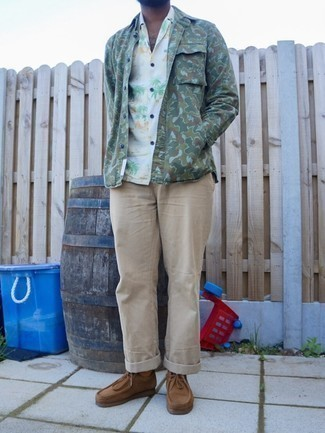 Khaki Chinos Spring Outfits: If you feel more confident wearing something comfortable, you'll love this on-trend combo of an olive camouflage shirt jacket and khaki chinos. Brown suede desert boots integrate smoothly within plenty of combinations. So if you're looking for a stylish winter-to-spring transition outfit, you found it.