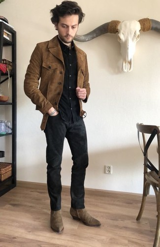 Tan Suede Chelsea Boots with Black Jeans Outfits For Men In Their 20s: Parade your prowess in men's fashion in this laid-back combination of a brown suede shirt jacket and black jeans. To give this ensemble a more refined vibe, introduce a pair of tan suede chelsea boots to the mix. As a 20-something guy, you'll appreciate this combination.