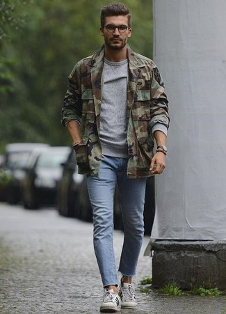 How to wear: olive camouflage shirt jacket, grey sweatshirt, light blue skinny jeans, white leather low top sneakers