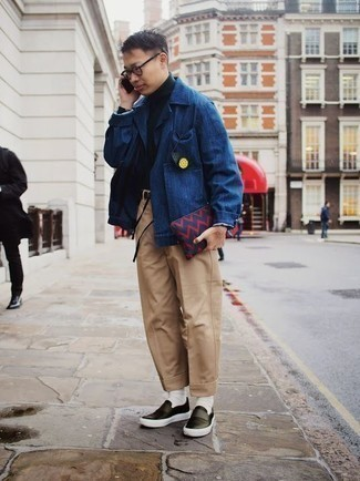 How to Wear a Navy Canvas Zip Pouch For Men: Consider wearing a blue shirt jacket and a navy canvas zip pouch for a casual ensemble with an edgy finish. And if you need to immediately step up your look with a pair of shoes, why not complement your ensemble with a pair of black leather slip-on sneakers?