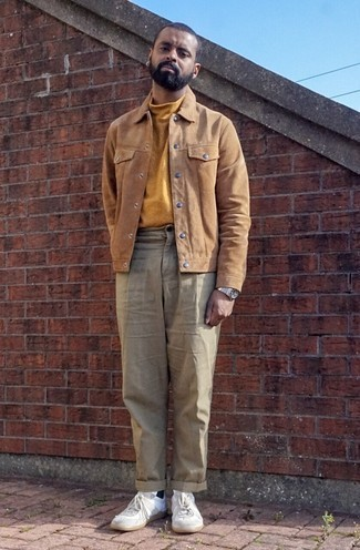 White Leather Low Top Sneakers Outfits For Men: This combo of a tan suede shirt jacket and beige chinos exudes elegance and refinement. Put a relaxed spin on your ensemble by finishing with a pair of white leather low top sneakers.