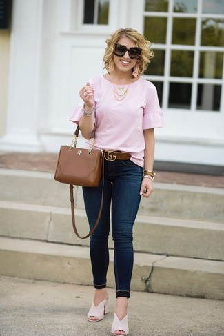 How to wear: pink ruffle short sleeve blouse, navy skinny jeans, beige suede mules, brown leather crossbody bag