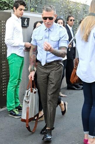 Nick Wooster wearing Light Blue Short Sleeve Shirt, Olive Floral Chinos, Black Leather Desert Boots, Grey Canvas Tote Bag