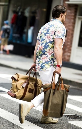 How to Wear an Olive Canvas Tote Bag For Men: A blue floral short sleeve shirt and an olive canvas tote bag are among the fundamental pieces in any gentleman's functional off-duty arsenal. Add a pair of beige suede desert boots to the equation for an extra touch of style.