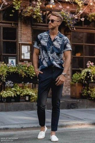 Men's Outfits 2021: This is irrefutable proof that a navy and white print short sleeve shirt and navy chinos look awesome when combined together in a relaxed menswear style. White canvas espadrilles are a nice choice to complement your look.