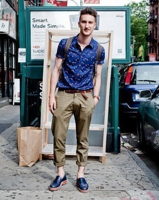 How to Wear Navy Leather Loafers For Men: If it's comfort and functionality that you appreciate in menswear, make a blue print short sleeve shirt and olive chinos your outfit choice. Make a bit more effort with footwear and introduce navy leather loafers to your ensemble.