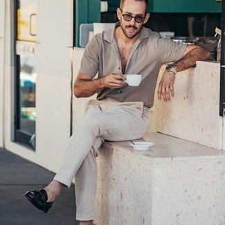 Loafers with Shirt Outfits For Men In Their 30s: A shirt and beige chinos are a wonderful pairing to have in your day-to-day off-duty collection. Loafers will give an added touch of style to an otherwise mostly dressed-down getup. This outfit illustrates that dressing stylishly in your 30s is not that daunting a task.