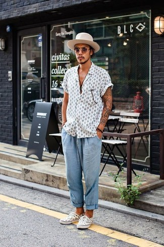How to wear: white print short sleeve shirt, light blue seersucker chinos, white print low top sneakers, beige wool hat