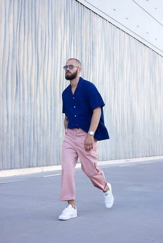 How to Wear a Blue Short Sleeve Shirt For Men: A blue short sleeve shirt and pink chinos are absolute menswear must-haves if you're figuring out an off-duty wardrobe that matches up to the highest sartorial standards. Complement this look with a pair of white leather low top sneakers and ta-da: this ensemble is complete.