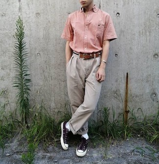 Beige Canvas Belt Outfits For Men: You'll be surprised at how very easy it is for any gentleman to put together a modern casual getup like this. Just a pink short sleeve shirt and a beige canvas belt. A trendy pair of black and white canvas low top sneakers is the simplest way to give a dose of elegance to this outfit.