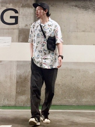 Black and White Leather Low Top Sneakers Outfits For Men: For a look that offers practicality and style, wear a white print short sleeve shirt and charcoal chinos. Complete your outfit with a pair of black and white leather low top sneakers and off you go looking killer.