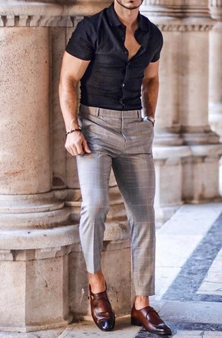 How to Wear Grey Check Chinos: A navy short sleeve shirt and grey check chinos work together beautifully. To introduce a bit of zing to your outfit, complete your look with brown leather monks.