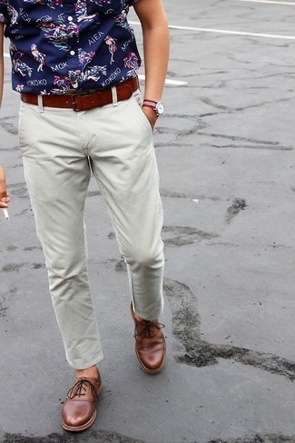 How to Wear a Tobacco Leather Belt For Men: Infuse a relaxed touch into your current repertoire with a navy print short sleeve shirt and a tobacco leather belt. To add an extra dimension to your look, complement your look with a pair of brown leather oxford shoes.