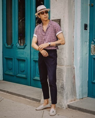 Bucket Hat Outfits For Men: Why not consider teaming a burgundy print short sleeve shirt with a bucket hat? As well as very practical, these items look awesome when worn together. Want to play it up on the shoe front? Add grey suede tassel loafers to the equation.