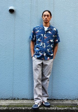 Navy Print Short Sleeve Shirt with Grey Chinos Outfits: This casual pairing of a navy print short sleeve shirt and grey chinos is extremely easy to throw together without a second thought, helping you look stylish and prepared for anything without spending a ton of time rummaging through your wardrobe. Our favorite of an endless number of ways to finish off this getup is with navy and white canvas low top sneakers.