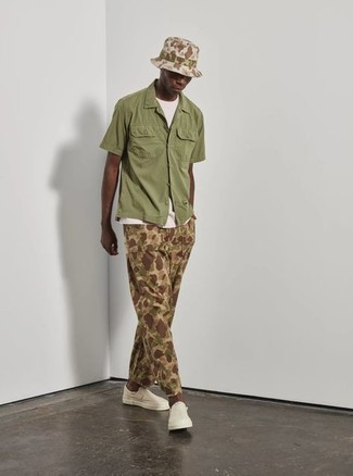 Bucket Hat Outfits For Men: Try teaming an olive short sleeve shirt with a bucket hat to pull together a street style and absolutely dapper look. In the footwear department, go for something on the smarter end of the spectrum and finish this outfit with a pair of white canvas slip-on sneakers.