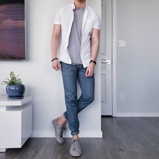 Men's Outfits 2021: A white short sleeve shirt and navy chinos are the perfect way to inject subtle dapperness into your current casual rotation. A pair of grey leather low top sneakers integrates smoothly within many looks.