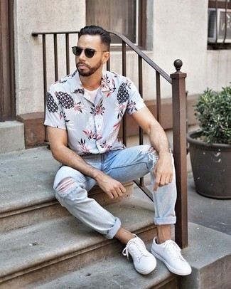 How to Wear Dark Green Sunglasses For Men: Display your expertise in menswear styling by putting together a light blue print short sleeve shirt and dark green sunglasses for a bold casual outfit. Make this look a bit more elegant by finishing with white canvas low top sneakers.