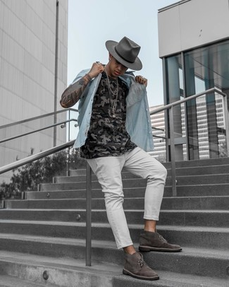 White Jeans Outfits For Men: A light blue short sleeve shirt and white jeans are the kind of a tested casual look that you so desperately need when you have no extra time to assemble a look. Display your sophisticated side by finishing with a pair of dark brown suede desert boots.
