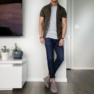 Men's Outfits 2021: The formula for kick-ass casual style for men? A dark brown short sleeve shirt with navy jeans. If not sure about the footwear, complement this ensemble with grey leather low top sneakers.