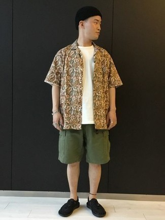 Silver Bracelet Outfits For Men: For an edgy ensemble, Team a white paisley short sleeve shirt with a silver bracelet. Complete this outfit with black canvas low top sneakers to avoid looking too casual.