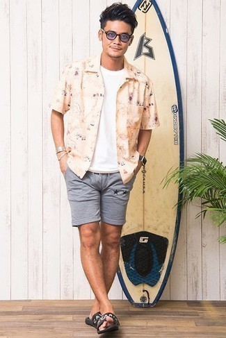 Men's Outfits 2021: A beige print short sleeve shirt and grey sports shorts are a nice combination to integrate into your off-duty rotation. And if you need to easily tone down this ensemble with footwear, why not introduce a pair of black print rubber sandals to the mix?