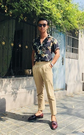 How to Wear Navy Sunglasses For Men: This combo of a navy floral short sleeve shirt and navy sunglasses is the ultimate laid-back outfit for today's gentleman. Complete your outfit with burgundy leather tassel loafers to completely switch up the getup.