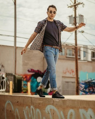 Light Blue Jeans Outfits For Men: Display your chops in men's fashion by wearing this laid-back combo of a navy floral short sleeve shirt and light blue jeans. The whole outfit comes together if you add black leather low top sneakers to this look.