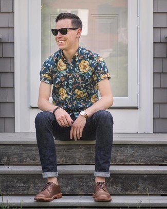 Dark Green Sunglasses Outfits For Men: For a cool and casual look, try pairing a navy floral short sleeve shirt with dark green sunglasses — these two items go really well together. Feeling creative? Spruce up this outfit by slipping into a pair of brown leather derby shoes.