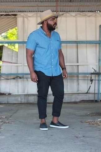 How to Wear Black Leather Slip-on Sneakers For Men: Hard proof that an aquamarine short sleeve shirt and black jeans look amazing when worn together in a casual ensemble. Add black leather slip-on sneakers to your look and off you go looking amazing.
