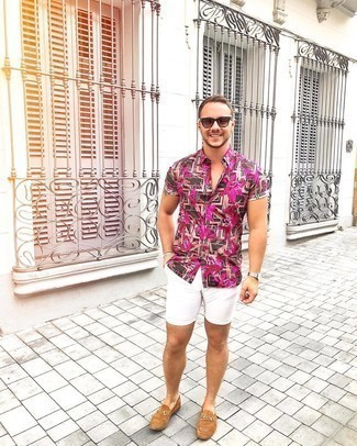 Shorts Outfits For Men: Fashionable and comfortable, this laid-back pairing of a dark brown floral short sleeve shirt and shorts provides with wonderful styling opportunities. If you feel like stepping it up a bit now, introduce tan suede loafers to the mix.