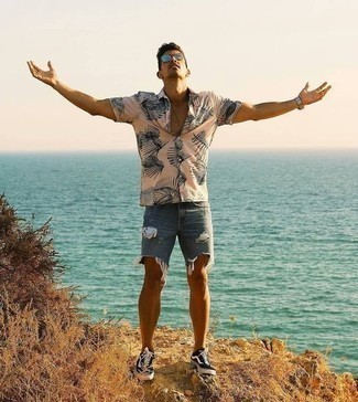How to Wear Shorts For Men: A beige print short sleeve shirt and shorts are a nice outfit formula to have in your casual sartorial collection. The whole look comes together when you complete this look with a pair of black and white print canvas low top sneakers.