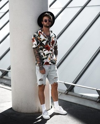 Light Blue Shorts with White Shirt Outfits For Men In Their 30s: You can look incredible without really trying by opting for a white shirt and light blue shorts. Introduce a pair of white canvas low top sneakers to your look for an instant style injection. Ideal if you're scouting for some incredibly inspiring relaxed style for over-30 guys.