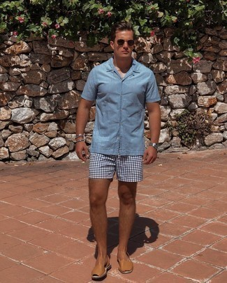 Light Blue Short Sleeve Shirt Outfits For Men: A light blue short sleeve shirt and white and navy print shorts are the kind of a foolproof casual getup that you need when you have zero time. Complete this outfit with a pair of tan leather sandals to keep the look fresh.