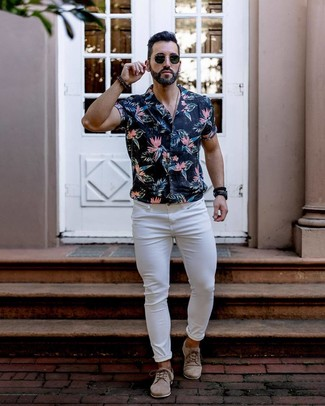 How to wear: black floral short sleeve shirt, white skinny jeans, beige suede derby shoes, black sunglasses