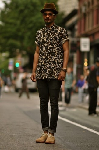 How to wear: black floral short sleeve shirt, black skinny jeans, tan suede desert boots, dark purple wool hat