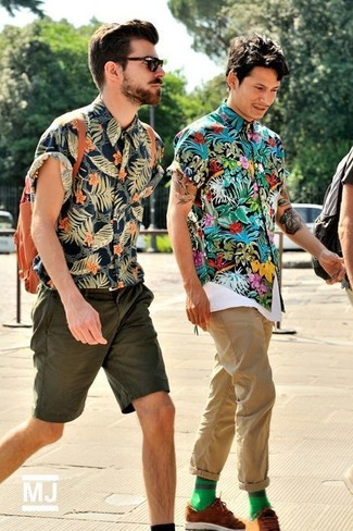 A multi colored floral short sleeve shirt and beige casual pants feel perfectly suited for weekend activities of all kinds. Take a classic approach with the footwear and make brown suede derby shoes your footwear choice.