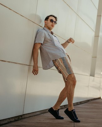 1200+ Outfits For Men In Their 30s: Why not dress in a grey linen short sleeve shirt and multi colored shorts? As well as totally comfortable, both of these items look amazing when worn together. Complete this ensemble with a pair of black suede low top sneakers et voila, this look is complete. Ideal if you're on the hunt for some seriously inspiring laid-back style for 30-year-old gentlemen.