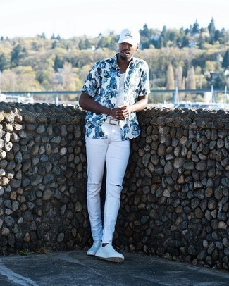 White Leather Low Top Sneakers Outfits For Men: Choose a white and blue print short sleeve shirt and white ripped skinny jeans for a casual level of dress. Give an elegant twist to an otherwise standard ensemble by sporting a pair of white leather low top sneakers.