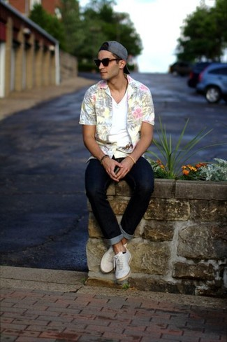 A floral short sleeve shirt and navy blue skinny jeans is a great combination to carry you throughout the day. A pair of white low top sneakers will seamlessly integrate within a variety of outfits.