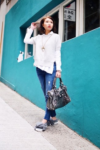 How to wear: white short sleeve sweater, white dress shirt, blue boyfriend jeans, grey slip-on sneakers