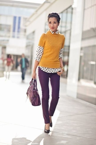 Dark Purple Skinny Jeans Outfits: If you're looking for a casual and at the same time incredibly stylish ensemble, pair a mustard short sleeve sweater with dark purple skinny jeans. A cool pair of dark purple leather pumps is an effective way to add an extra touch of style to your outfit.