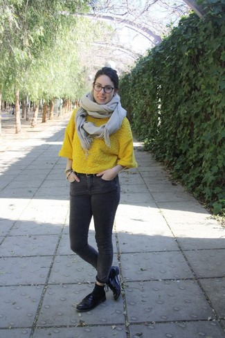 How to wear: yellow short sleeve sweater, charcoal skinny jeans, black leather oxford shoes, beige scarf
