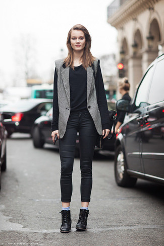 A black long sleeve t-shirt and black skinny jeans is a nice combination to add to your styling repertoire. This outfit is complemented perfectly with black leather wedge sneakers.