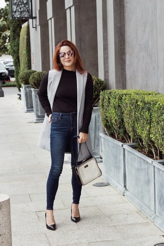How to wear: grey sleeveless coat, black crew-neck sweater, navy skinny jeans, black leather pumps
