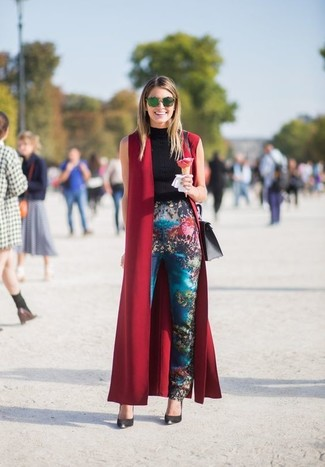 How to Wear a Burgundy Sleeveless Coat: Reach for a burgundy sleeveless coat and blue print skinny pants to achieve a stylish and current off-duty outfit. A pair of black leather pumps looks right at home here.