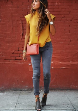 Go for a mustard shell top and grey skinny jeans to effortlessly deal with whatever this day throws at you. Polish off the ensemble with black leather heeled sandals.